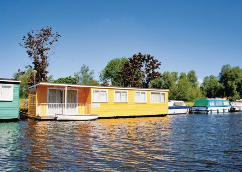 Houseboat_Norfolk_UK.jpg