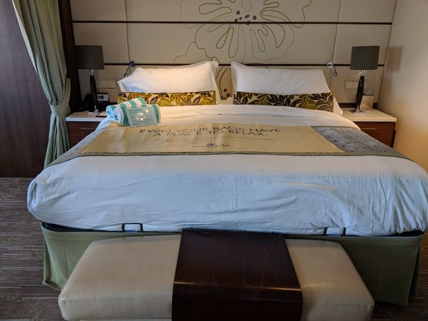 Pride of America Cabin 13010 Kind Bed.jpg