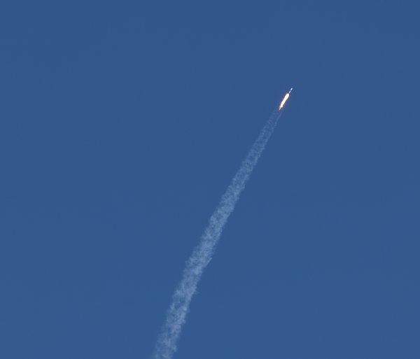 Falcon 9 exhaust plume.JPG