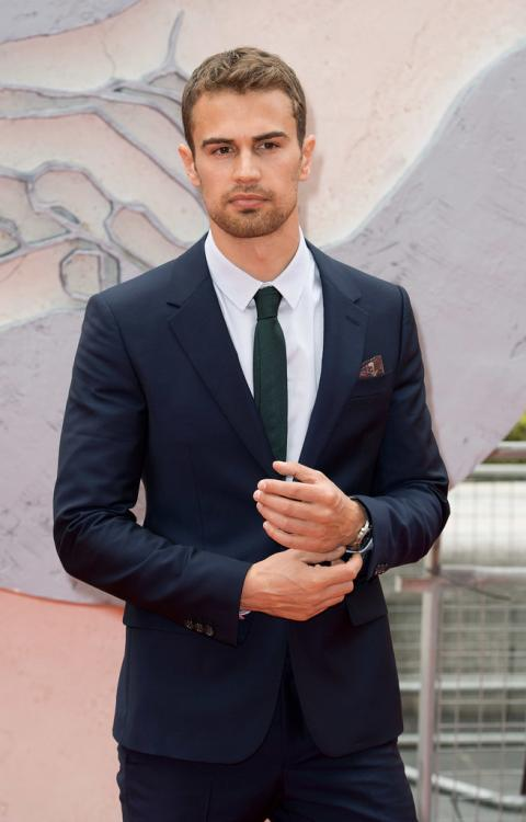 Hot-Theo-James-Pictures.jpg