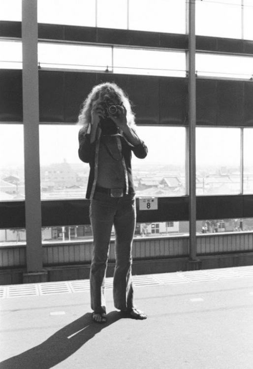 ROBERT PLANT TAKING PICTURES 1971.jpg