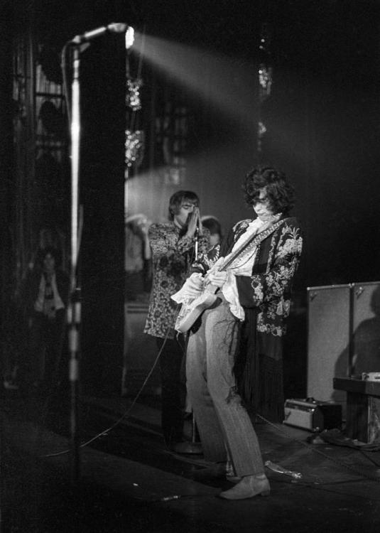 jimmy-page-and-the-yardbirds-1967-roy-lewis.jpg