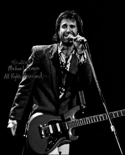 Michael Conen - [PROOF] Ray Davies grins with mic and Gibson electric vertical SM [The Kinks - Louisville Palace Theatre, Louisville KY  6-15-82].jpg