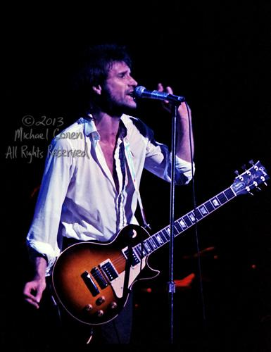 Michael Conen - [PROOF] Ray Davies & Les Paul vertical profile SM [The Kinks - Louisville Palace Theatre, Louisville KY  6-15-82].jpg