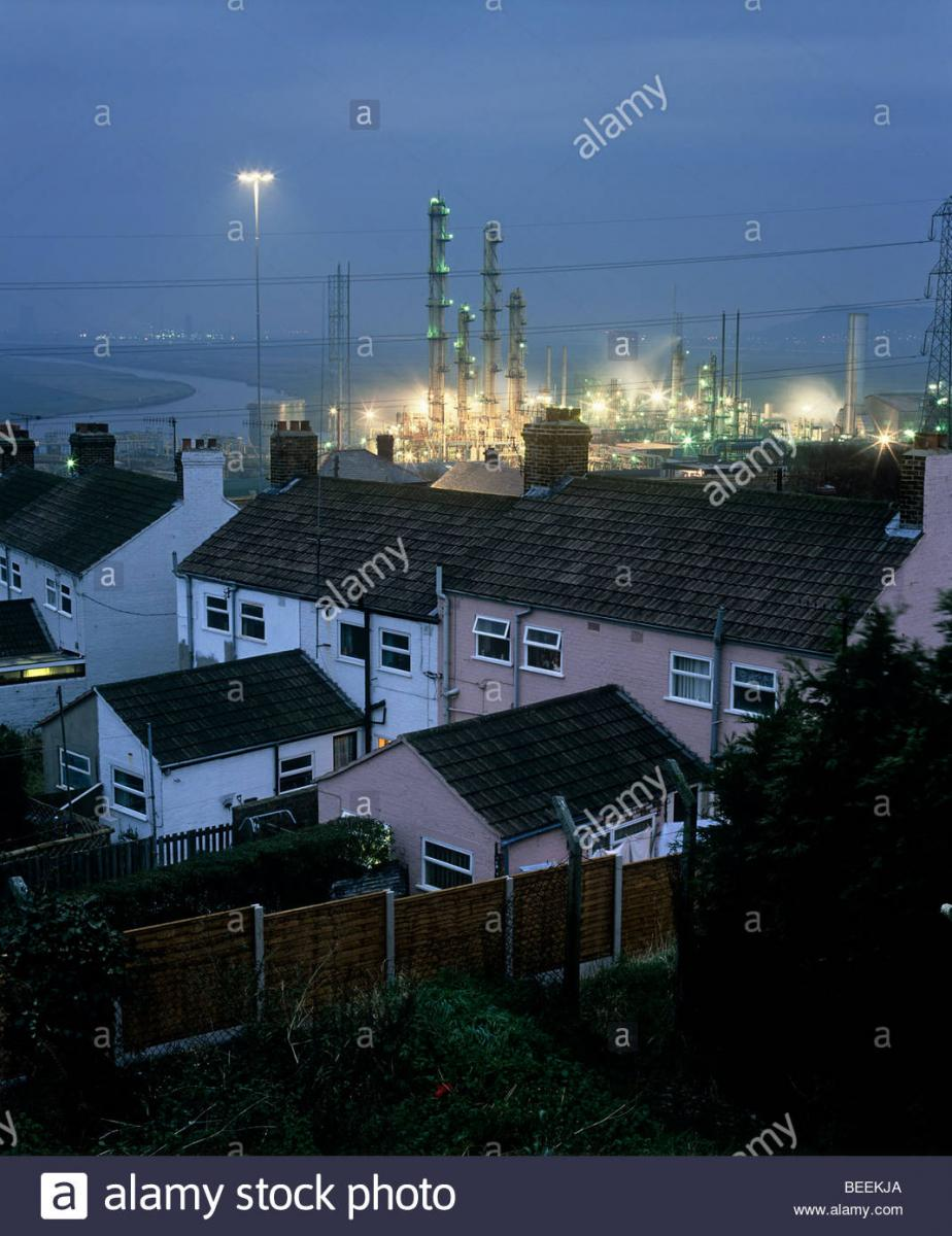 large.housing-next-to-solvent-reactor-towers-at-an-ici-chemical-plant-runcorn-BEEKJA.jpg.82219b3292677d39afb546e88d716b25.jpg