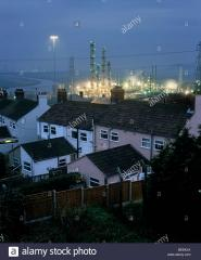 housing-next-to-solvent-reactor-towers-at-an-ici-chemical-plant-runcorn-BEEKJA.jpg