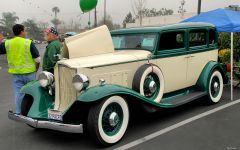 1932 Packard Light Eight model 900 sedan - green & white - fvl 2