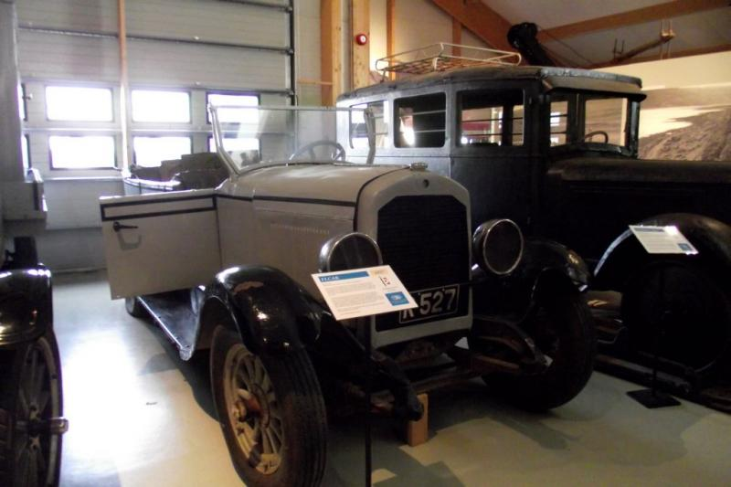 1927 Elcar 6-70  Touring car in Reikjavik, Iceland.jpg