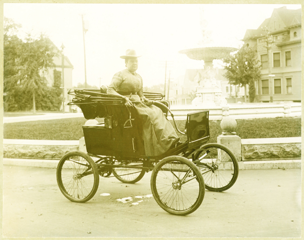locomobile_company_of_america_1900_ca_syracuse_new_york_lady_in_park_2BRIGHTENED FOR IDENTIFICATION.jpg