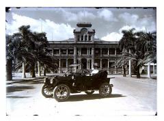 1910 abt, In front of Iolani Palace, Honolulu, Packar likely.JPG