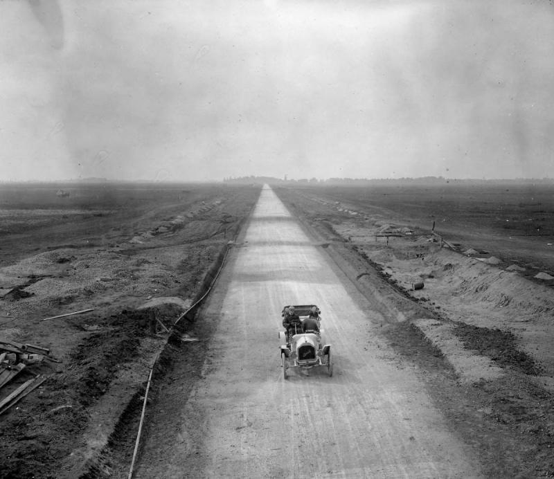 Long Island Motor Parkway Under Construction, 1908 (2).jpg