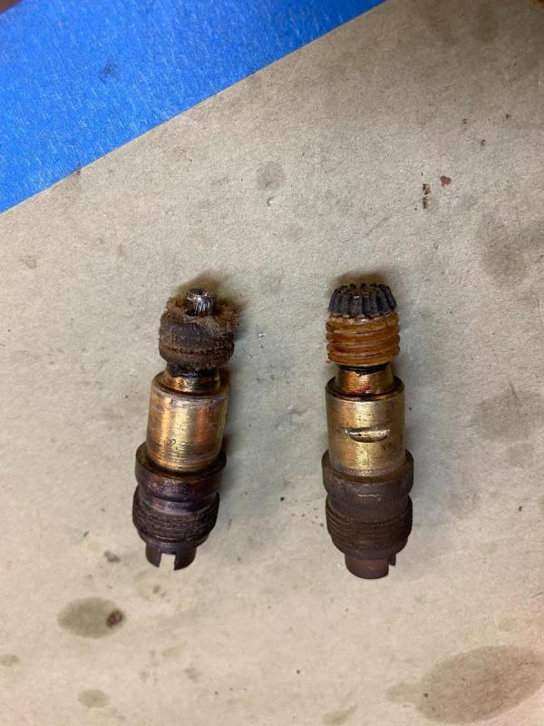 speedometer drive shaft and gears good vs bad.jpg