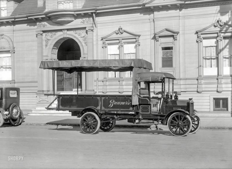 San_Francisco__1919._-_Federal_truck_--_Breuner_s_furniture_van..jpg