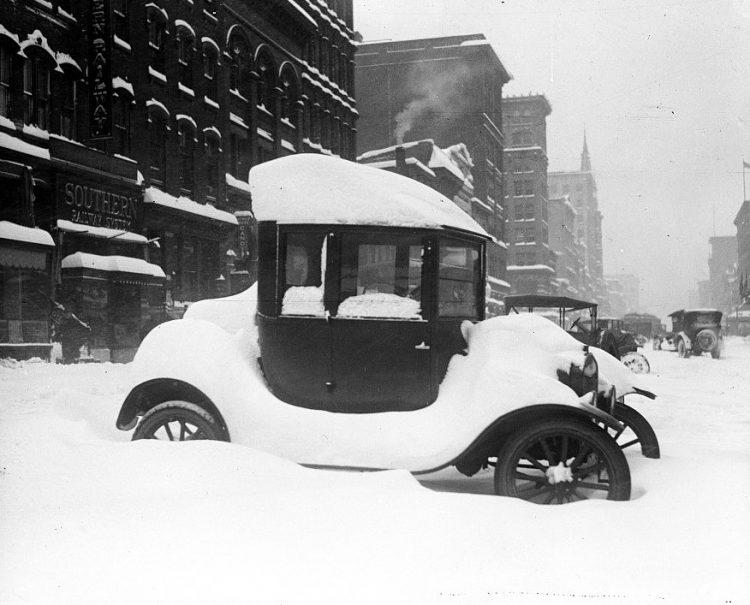 1922-Car-covered-in-snow-750x605.jpg