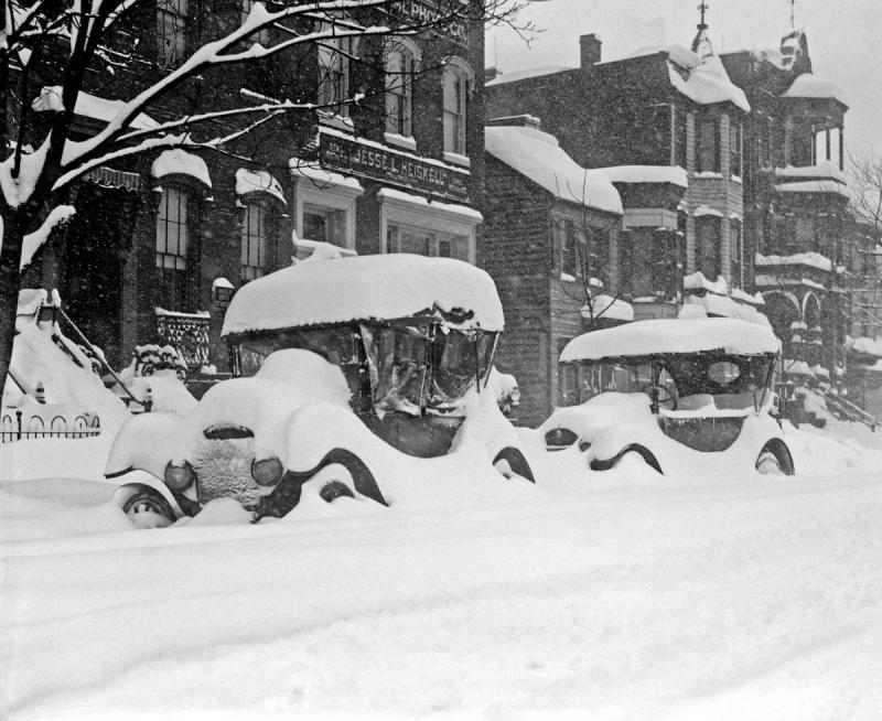 Blizzard, cars buried in snow, January 1922.jpg