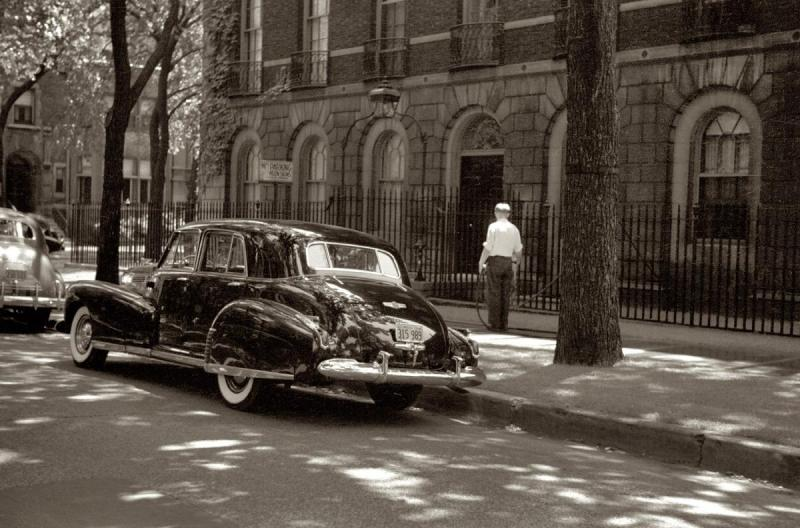 Cadillac parked on a Chicago street July 1941.jpg