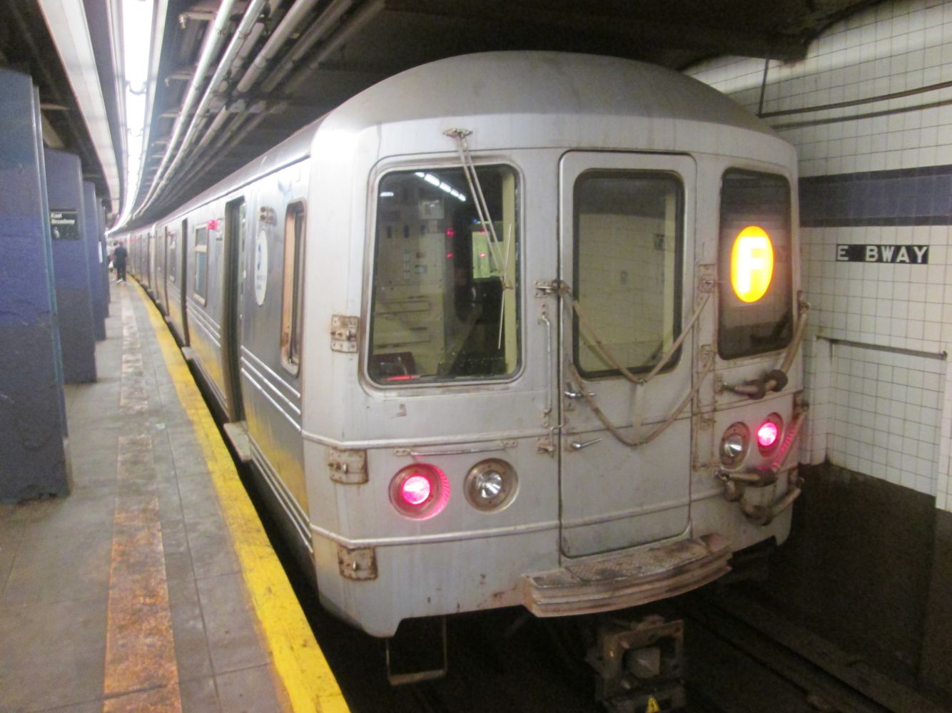 R46 F train at East Broadway