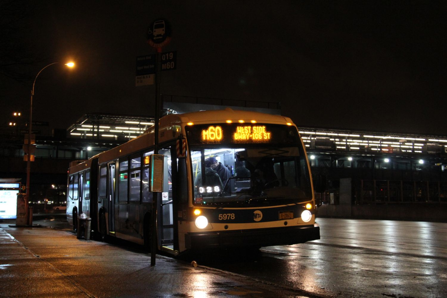 LF60102 LFS M60 at Hoyt Avenue and 31st Street