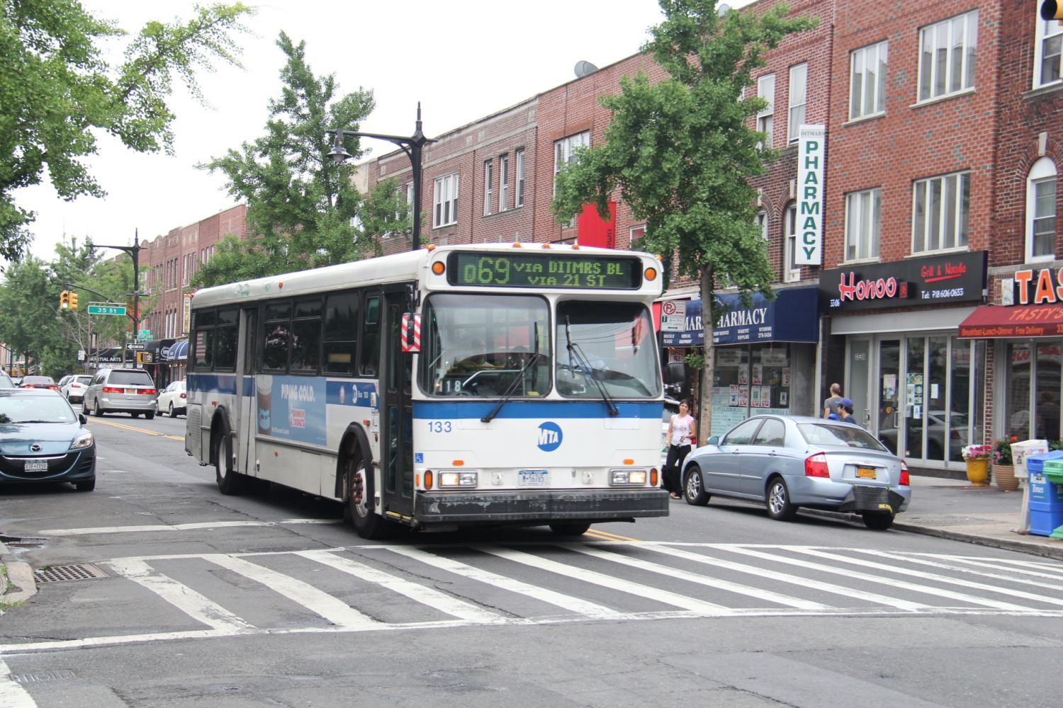 1995 Orion V #133 Q69 at Ditmars Blvd and 33rd Street