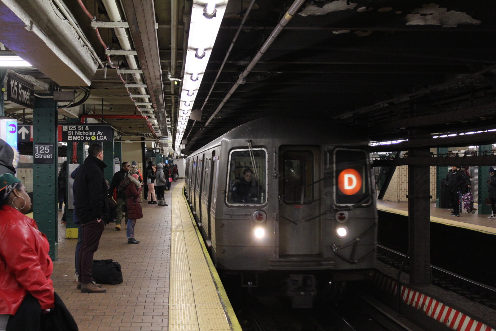 Brooklyn-bound (D) train arriving at 125th Street