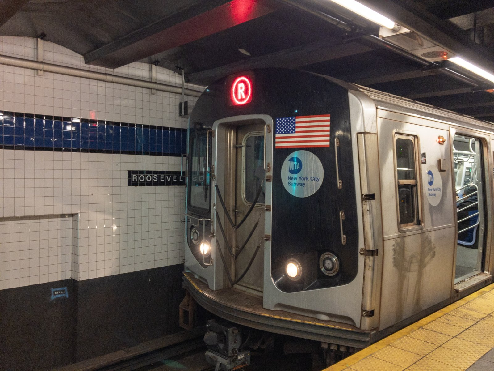 R160 R Train at Roosevelt Av - Rapid Transit Gallery - NYC