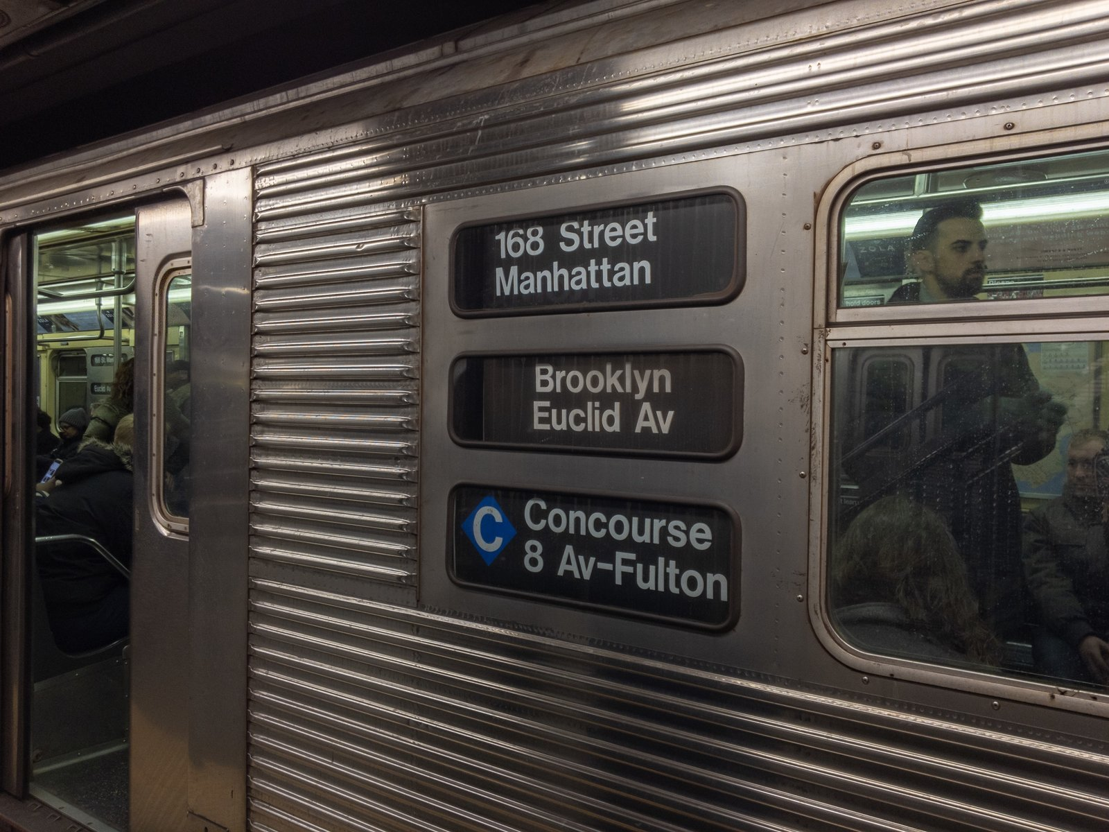 Incorrect Concourse rollsigns on an R32 C train