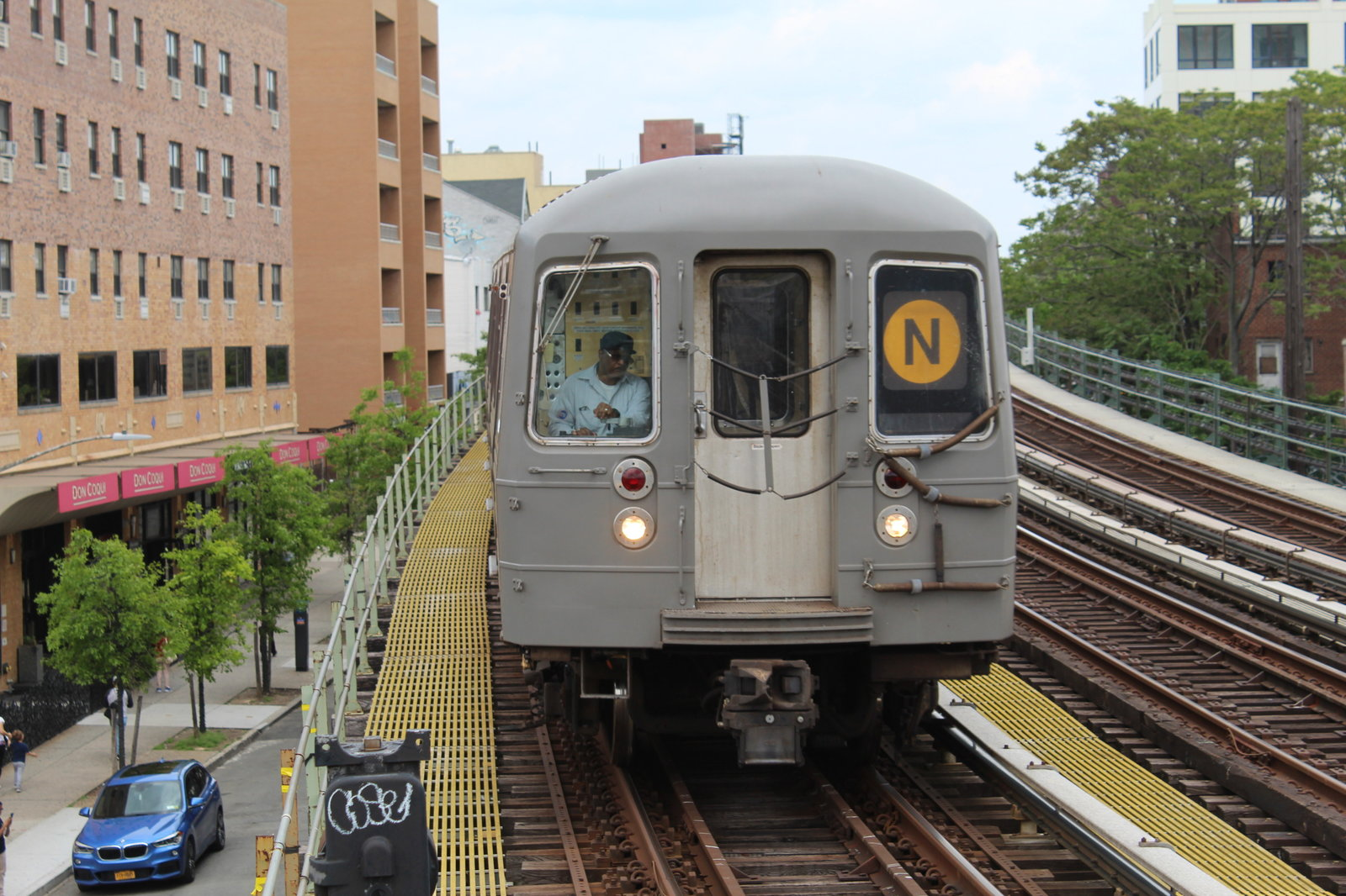 R68 (N) train approaching 30th Avenue