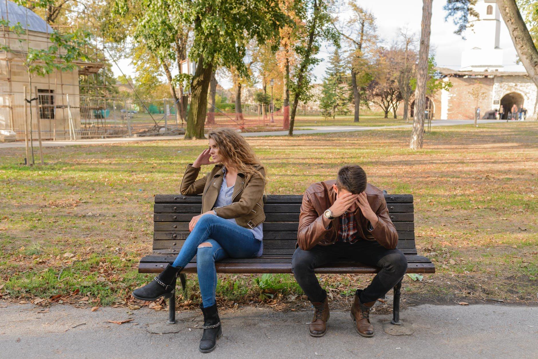 Oznaki, że spotykasz się z emocjonalnym oprawcą