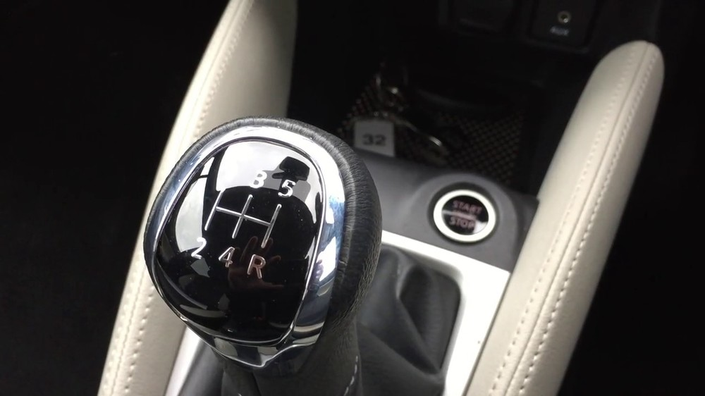 2017-Nissan-Micra-gearshift-lever.jpg