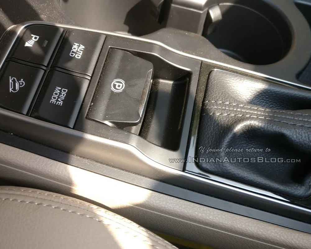 2016-Hyundai-Tucson-spied-parking-brake-dealership.jpg