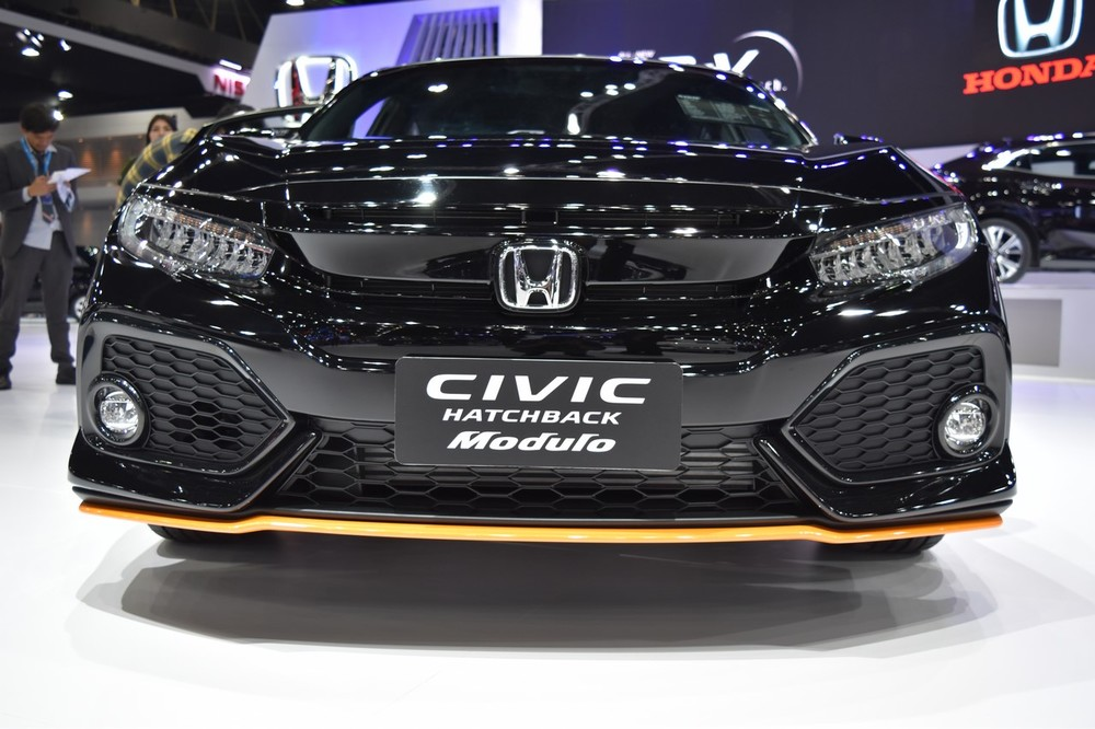 2017-Honda-Civic-Hatchback-front-at-the-BIMS-2017.jpg
