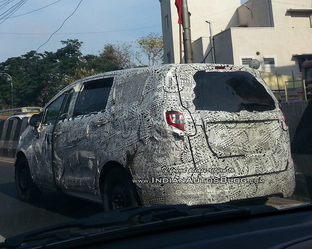 Mahindra-U321-MPV-Toyota-Innova-rival-rear-quarter-spied-on-test.jpg