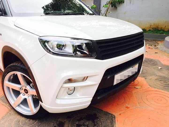 Custom-Maruti-Vitara-Brezza-with-dual-tone-white-and-black-exterior-front-end.jpg