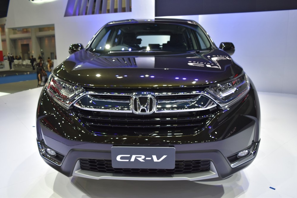 India-bound-2017-Honda-CR-V-7-seater-front-at-the-BIMS-2017.jpg