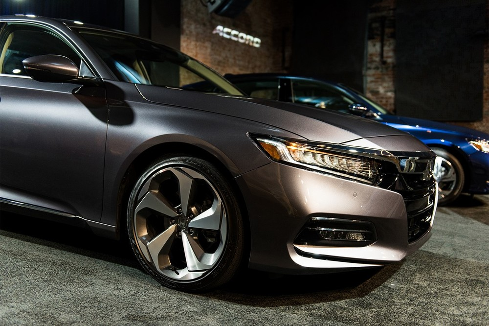 2018-Honda-Accord-2.0T-Touring-front-quarter-angle.jpg