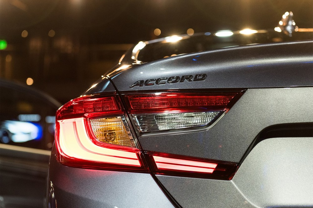 2018-Honda-Accord-2.0T-Touring-tail-lamp.jpg