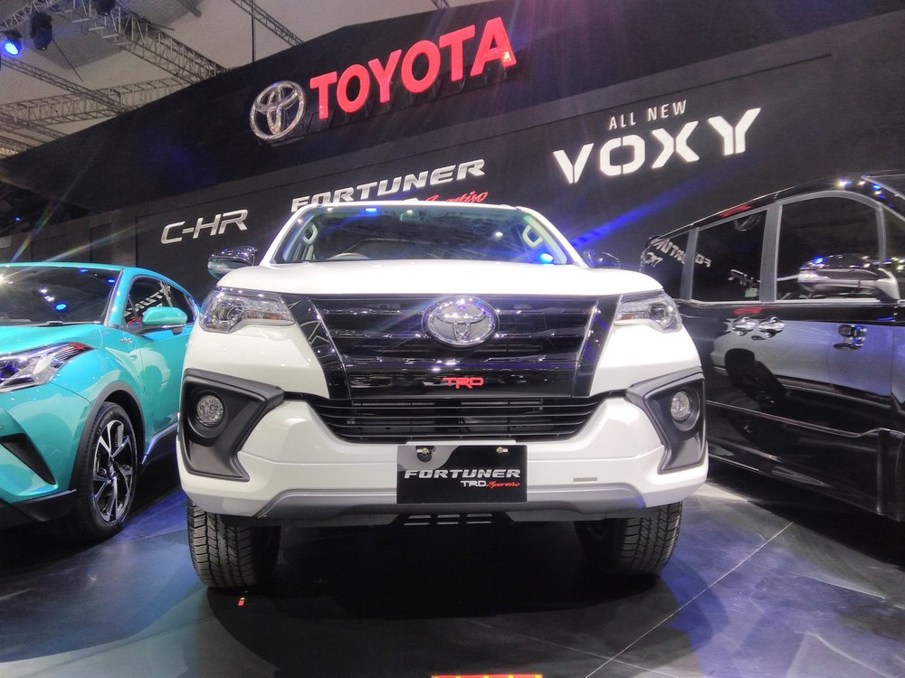 2017-Toyota-Fortuner-TRD-Sportivo-front-at-the-2017-GIIAS-Live.jpg