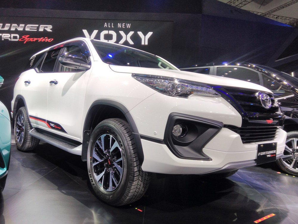 2017-Toyota-Fortuner-TRD-Sportivo-front-three-quarter-at-the-2017-GIIAS-Live.jpg